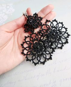 Needle Tatting, Tatting Lace, Needle Lace, Tatting Earrings, Tatting Jewelry, Crochet Tablecloth, Tatting Patterns, Diy And Crafts, Crochet Necklace