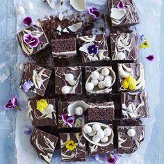 Kinderpiirakka on jokaisen suklaanystävän makuun. Kinderpiirakka yhdistää rapsahtavan pinnan, pehmeän pohjan ja kreemitäytteen. Tämä viedään käsistä! Easter Bunny, Oreo, Food And Drink, Sweets, Cheese, Cookies, Chocolate, Baking, Desserts