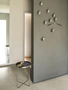 Metallhaken mit konkaver Frontfläche und Distanzstange zum Abhängen von einem Kleiderbügel. Ausführung: Metall Chrom glänzend. Design: Dante Bonuccelli