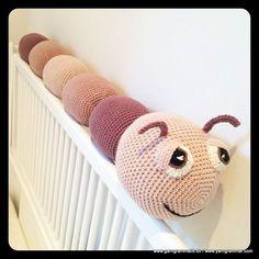 Det er en hugorm, nej et tusindben – nej, det er Larven Laila! Crochet Baby Toys, Crochet Animals, Crochet For Kids, Baby Knitting, Crochet Books, Crochet Yarn, Knitting Patterns, Crochet Patterns, Baby Barn