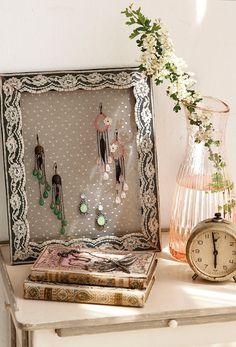 De marco de fotos a joyero  Utiliza una tela de encaje.