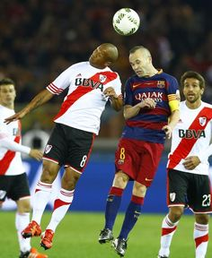 El jugador del FC Barcelona Andrés Iniesta salta junto a Carlos Sánchez, durante el partido.