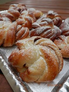 Suroviny dáme do pekárny (nejdříve tekuté, pak tuhé) a použijeme program Těsto. Vykynuté těsto propracujeme, rozdělíme na díly (měla jsem jich...