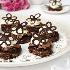 A little chocolate flower puts some extra taste! Cookie Cake Pie, Cookie Desserts, No Bake Desserts, Cake Cookies, Cookie Recipes, Swedish Recipes, Sweet Recipes, Grandma Cookies, Hot Cocoa Recipe