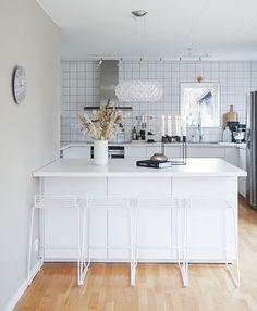 Kauniisti kimalteleva Caboche valaisin, Hay Hee baarijakkarat ja muut yksityiskohdat täydentävä upeasti keittiön vaaleaa värimaailmaa. Home Decor, Home, Decor, Kitchen