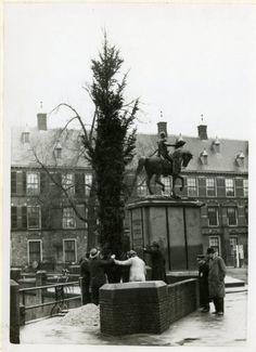 het plaatsen van een kerstboom op het buitenhof den haag 1939