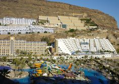 Hotels in Puerto Rico. The town in the south of Gran Canaria is tucked away in narrow gorges. More pictures at: http://abenteuerliche-reisen.de/gran-canaria/gran-canaria-tour-westen-landesinnere/puerto-rico/