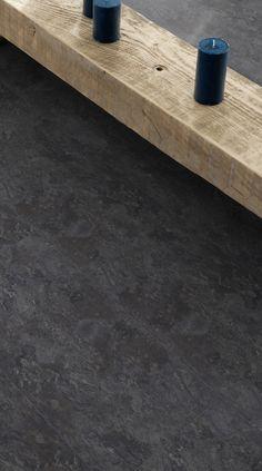 Pvc vloer dark slate. Betonlook, strak, luxueus en hygiënisch oogt deze donkergrijze / zwarte leistenen vloer. Het geeft een sprekend contrast met lichte meubelen. Mooi door zijn eenvoud!