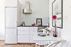 Si ce studio est de surface réduite, il n'en oublie pas moins l'essentiel à une vie quotidienne confortable, avec sa cuisine assez grande pour préparer des repas élaborés, et outre le c…