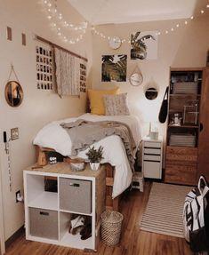 Doorm room ideas, small bed room ideas, dorm room ideas for girls, bedroom College Bedroom Decor, Cool Dorm Rooms, College Dorm Rooms, Bedroom Apartment, Apartment Living, Cozy Apartment, College Tips, Uni Dorm, College Bedding