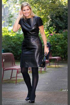 Algunos la califican como vanguardista, por animarse a incorporar algún elemento llamativo dentro de su outfit. En este caso, es el material de su vestido lo que brinda originalidad y una imagen fresca, incluso usando negro.
