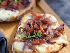 Bruschetta aux oignons et lardons