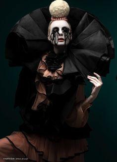 Pierrot, solo con ropas y telas del armario (Se vió al espejo y se arrancó los ojos...JM)