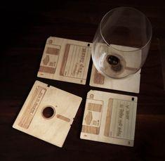 Des dessous-de-verre en bois en forme de disquette