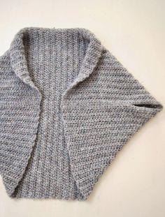 """Een """"shrug"""" lijkt dit seizoen wel een musthave te zijn om te dragen en ook om te maken! Het patroon voor dit kledingstuk is erg makkelijk dus ook voor de beginnende handwerker een snel en leuk project met een super resultaat. Hoe maak je een shrug? Wij hebben het voorbeeld gehaakt met 5 bollen Drops …"""