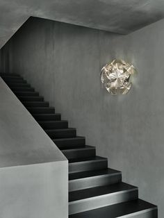 The Hope wall sconce by LucePlan has been designed by Gomez paz francisco, rizzatto paolo. This wall mounted luminaire is perfect for halogen lighting.A series of thin polycarbonate Fresnel lenses, created using imprinted microprisms on polycarbon. Stair Lighting, Pendant Lighting, Art Furniture, Luce Plan, Hope Light, Luminaire Applique, Traditional Lamps, Types Of Lighting, Staircase Design