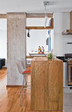 Portas coloridas e pilares com concreto aparente dão charme a este apê - Casa