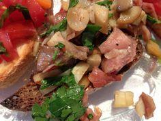 Crostini mit Pilzen und Tomaten-Basilikum  Freunde am Kochen Crostini, Chicken, Meat, Food, Basil, Fungi, Tomatoes, Friends, Kochen