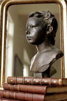 buste ancien, livres, miroir
