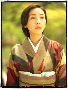 麻生久美子さん : 思わずうっとり♡着物の個性的なコーディネート・着こなし【女優さんほか】 - NAVER まとめ #kimono #japanese
