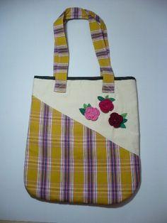 Bolsa delicada feita em lona crua com detalhe em crochet. Forrada com bolso interno R$51,00