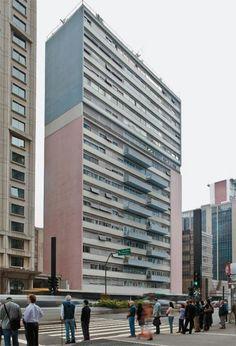 """Cinquentões cobiçados: 10 prédios antigos de SP - Casa - Também de autoria do arquiteto Abelardo de Souza, o prédio rosa e azul na esquina da avenida Paulista com a rua Haddock Lobo encanta pela geometria pura e pelas varandas alternadas de algumas unidades. O projeto habitacional para famílias de classe média da época foi construído com apartamentos de um, dois e três quartos, de 127 a 260 m². """"Esse era um comportamento típico dos anos 40 e 50......"""