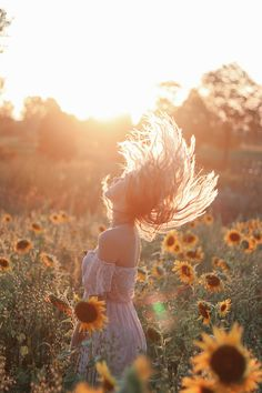 Golden hour photoshoot in a field of sunflowers Cute Photography, Outdoor Photography, Portrait Photography, Sunflower Field Photography, Sunflower Field Pictures, Cute Poses For Pictures, Outdoor Pictures, Sunflower Fields, Golden Hour