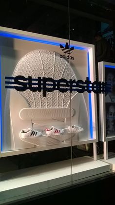 "(A través de CASA REINAL) >>>>  ""SUPERSTAR"", at ADIDAS UK, ""Over-sized product replica is the focal point of this simple but effective display"", by CREO RetailPOS, London,UK, pinned by Ton van der Veer"