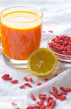 This Goji Detox Tea is a miracle worker! Works like a charm to de-puff and cleanse the whole body! This Goji Detox Tea is a mira Healthy Juices, Healthy Smoothies, Healthy Drinks, Healthy Snacks, Healthy Recipes, Juice Smoothie, Smoothie Drinks, Detox Drinks, Goji Berry Recipes