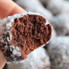 Yaptığım kurabiyeler arasında bir sıralama yapacak olursam kesinlikle üst sıralarda yer alacak bir kurabiyedir.İçinde hindistan cevizi olan tariflere her zaman ilgi duymuşumdur.Özelliklede hindistan cevizine bulanan kurabiyeler hem görünüş hemde tat olarak her zaman ilgimi çekmiştir. Browni kurabiye Malzemeler : 125 gr tereyağı Yarım bardak toz şeker Yarım bardak sıvıyağ 1 yumurta 1 paket (25 gr) kakao 3 su bardağı kadar un 1 paket kabartma tozu 1 paket vanilya Üzeri için bolca hindistan…