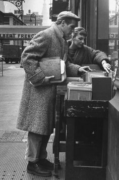 Joanne Woodward and Paul Newman shopping for books, 1959