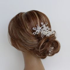 FLORENCE HAIR COMB  This luxurious and ornate comb brings together natural and feminine accents. The perfect piece for a timeless wedding, it