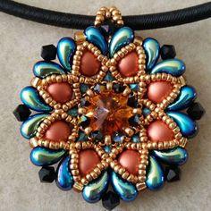 Meekyoung Pendant Designed by: Michelle Snyder (poetryinbeads - etsy shop) #bisuteria #bisuteriafina #hechoamano #beading #handmadejewellery #takı #sb #jewellerydesign #pendant #colgante #rivoli #swarovski #beadwork #bijoux #bigiotteria #bijouterie #gioielli #bizuteria #bijuterii #juwelen #diamondduobeads #zoliduo #firepolishbeads #diamonduo #2holecabochon #poetryinbeads #beadersofinstagram #diamonduobeads