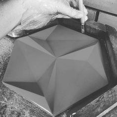Reproduzindo os moldes no nosso Revestimento Paradiso lançamento 2016 ficando lindo de se ver!  #revestimento #cimenticio #lancamento #parede #revestimento3d #decor #maski #concrete #handmade #tile #covering #Picoftheday #interiordesign #instadecor #interiores
