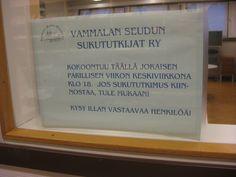 """Erillisen huoneen seinässä oleva mukavan kutsuva mainos. Muualla ei tätä """"tapahtumaa"""" kirjastossa mainostettu."""