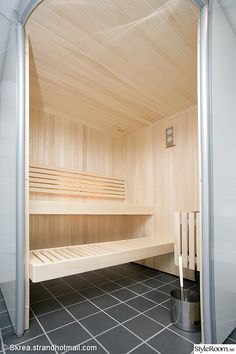 Snyggt ljust trä Sauna Steam Room, Sauna Room, 2 Person Sauna, Saunas, Japanese Bathroom, Sauna Design, At Home Gym, Home Projects, Spotlights