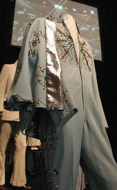 The Tiffany suit today in display at Graceland. That was used by Elvis at just 2 occasions in november 1972. Here with the cape.