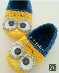 Stricken sie Baby Kleidung As a Mafia Wars gamer and you understood precisely how crucial Booties Crochet, Knitted Slippers, Crochet Baby Booties, Crochet Slippers, Knit Crochet, Minion Crochet Patterns, Baby Knitting Patterns, Artisanats Denim, Baby Shoes Pattern