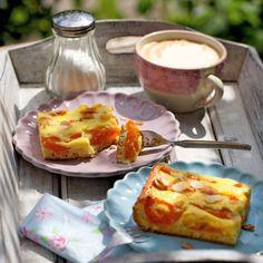 Ideal für den Sommer, denn dann ist Hochsaison für süße Aprikosen. Zusammen mit Schmand wird daraus ein himmlisch guter Kuchen.