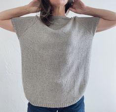 Das oversize geschnittene Eezra Shirt wird nahtlos von oben nach unten mit Raglanzunahmen gestrickt. Für die Saumbündchen werden Vorder- und Rückteil separat mit verkürzten Reihen gestrickt. Die kurzen Ärmel werden mit dem Magic Loop oder einem Nadelspiel rund gearbeitet. Die optionalen Taschen werden separat gestrickt und dann aufgenäht. Das Eezra Shirt kann als Shirt oder Slipover getragen werden. Raglan, V Neck, T Shirts For Women, Pattern, Tops, Fashion, Linen Fabric, Round Round, Bags