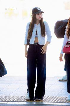 Kpop Fashion Outfits, Blackpink Fashion, Korean Outfits, Asian Fashion, Fashion Looks, Korean Airport Fashion, Ropa Hip Hop, Kpop Mode, Kim Jisoo