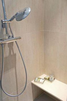 Douche italienne ou classique : 8 modèles inspirants - Côté Maison Bathroom Wall Decor, Sink, Bathtub, House Design, Banquette, Home Decor, Paris Atelier, Rue, Houses
