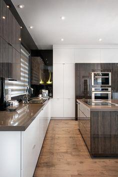 Choosing Your New Kitchen Cabinets Kitchen Dinning Room, Open Plan Kitchen Living Room, Condo Kitchen, New Kitchen Cabinets, Kitchen Cabinet Doors, Quartz Kitchen Countertops, Kitchen Flooring, Kitchen Remodel, Interior Exterior