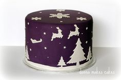Ideas for Christmas Cake design (Cake Design Simple) Christmas Cake Designs, Christmas Cake Decorations, Christmas Cupcakes, Holiday Cakes, Christmas Desserts, Christmas Treats, Christmas Present Cake, Xmas Cakes, Reindeer Christmas