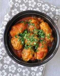 Rougail saucisses      4 saucisses de Toulouse (500 g)     1 oignon     2 gousses d'ail     1 morceau de gingembre de la taille d'un demi-pouce     1 cuil. à café rase de curcuma     3 pincées de piment de Cayenne     5 cl d'eau     1 boîte de pulpe de tomates (400 g)     5 cl de bouillon de légumes     1 cuil. à soupe d'huile     5 tiges de persil plat     Sel et poivre du moulin