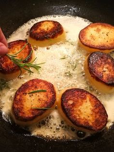 Easy how to make fondant potatoes, basic fondant potatoes. Simple how to guide to make fondant potatoes for the first time. Potato Vegetable, Vegetable Side Dishes, Vegetable Recipes, Potato Sides, Potato Side Dishes, French Appetizers, Fondant Potatoes, Classic French Dishes, Foundant