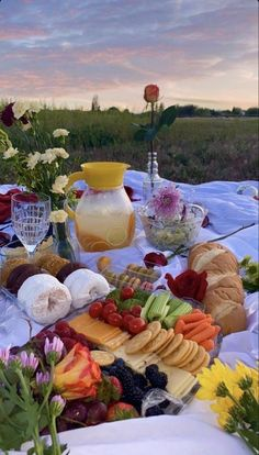 Picnic Date, Summer Picnic, Beach Picnic, Summer Aesthetic, Aesthetic Food, Aesthetic Outfit, Cute Food, Yummy Food, Comida Picnic
