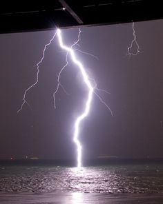 Water is a horrible conductor of electricity. So why is it so dangerous during a lightning storm? Lightning Photography, Photography Tips, Thunder And Lightning, Lightning Storms, Wild Weather, Lightning Strikes, Natural Phenomena, Thunderstorms, Tornadoes