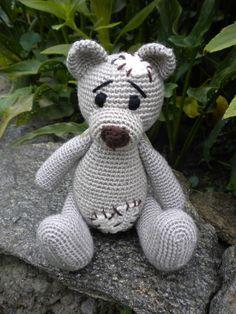 Háčkovaný medvídek Béžový medvídek se záplatamije s láskouháčkovaný z akrylové příze, naplněný dutým vláknem s pohyblivými nožkami a ručkami. Vysoký cca 20 cm, sedící 15 cm Podle návodu Kamlin