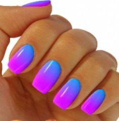 Uñas con degradados de color en azul, morado y rosa neon
